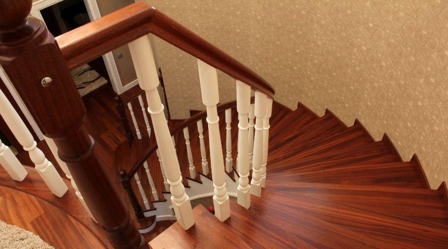 Importancia de un correcto mantenimiento y limpieza de las escaleras de madera
